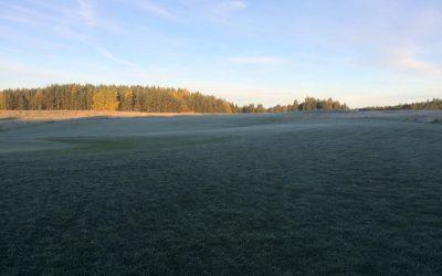 Det er frost, og banen er stengt inntil frosten slipper taket i 10.00 – 11.00 tiden